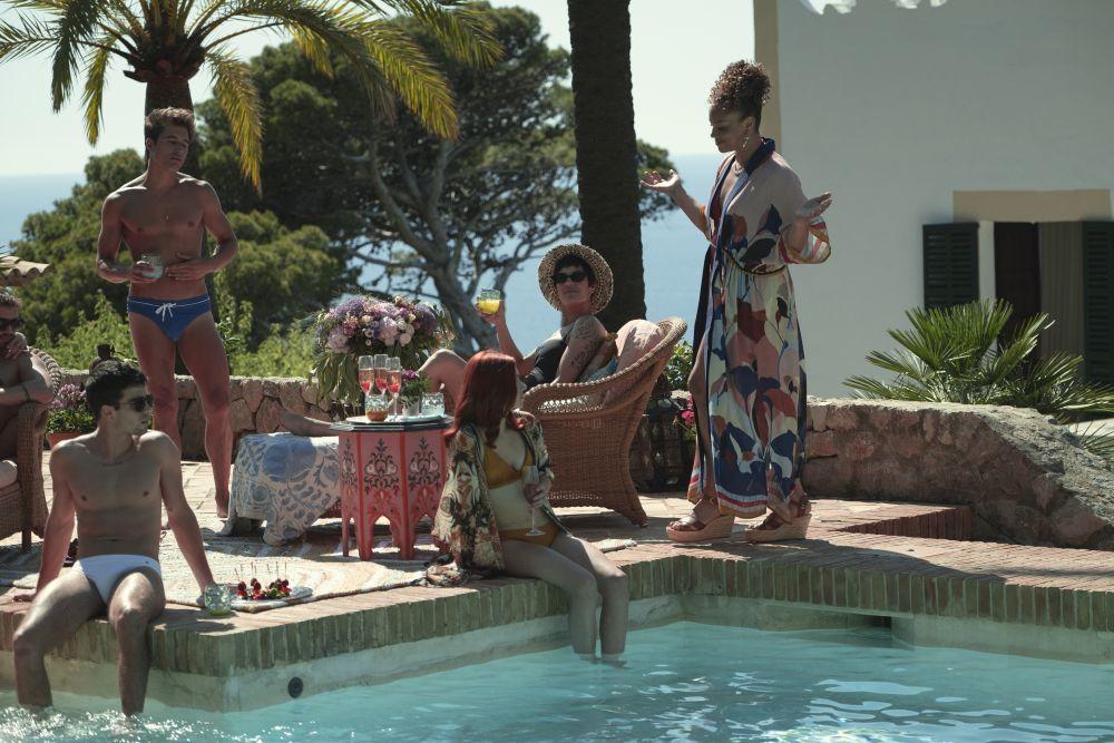 """Fotograma de """"White lines"""" con algunos de sus protagonistas en una fiesta en una piscina."""