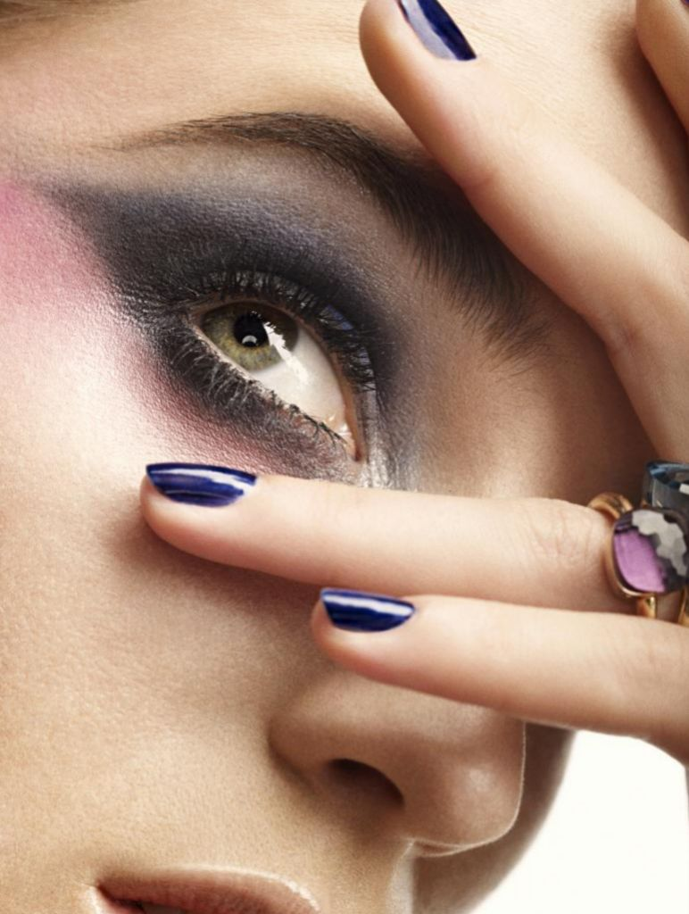Para evitar frotarse los ojos, lo mejor es hidratarlos con un colirio o lágrima artificial.