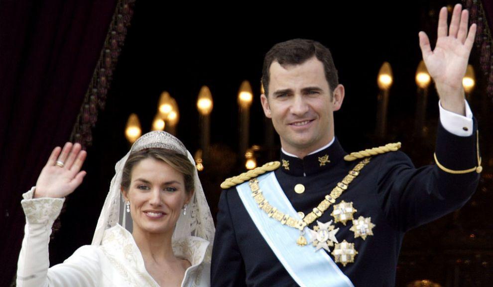 Los Reyes el día de su boda saludando desde el Palacio Real de...