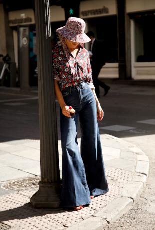 María Valdés con camisa Liberty y jeans de cintura alta de Kocca.
