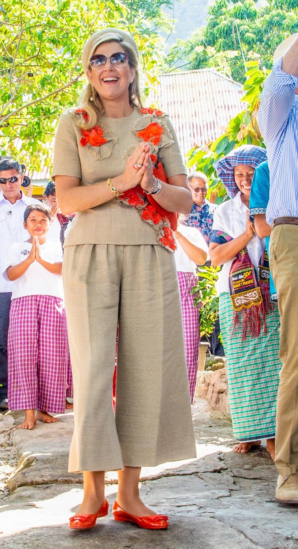 La reina Máxima en el último viaje oficial a Indonesia en marzo de 2020 con culotte y bailarinas.