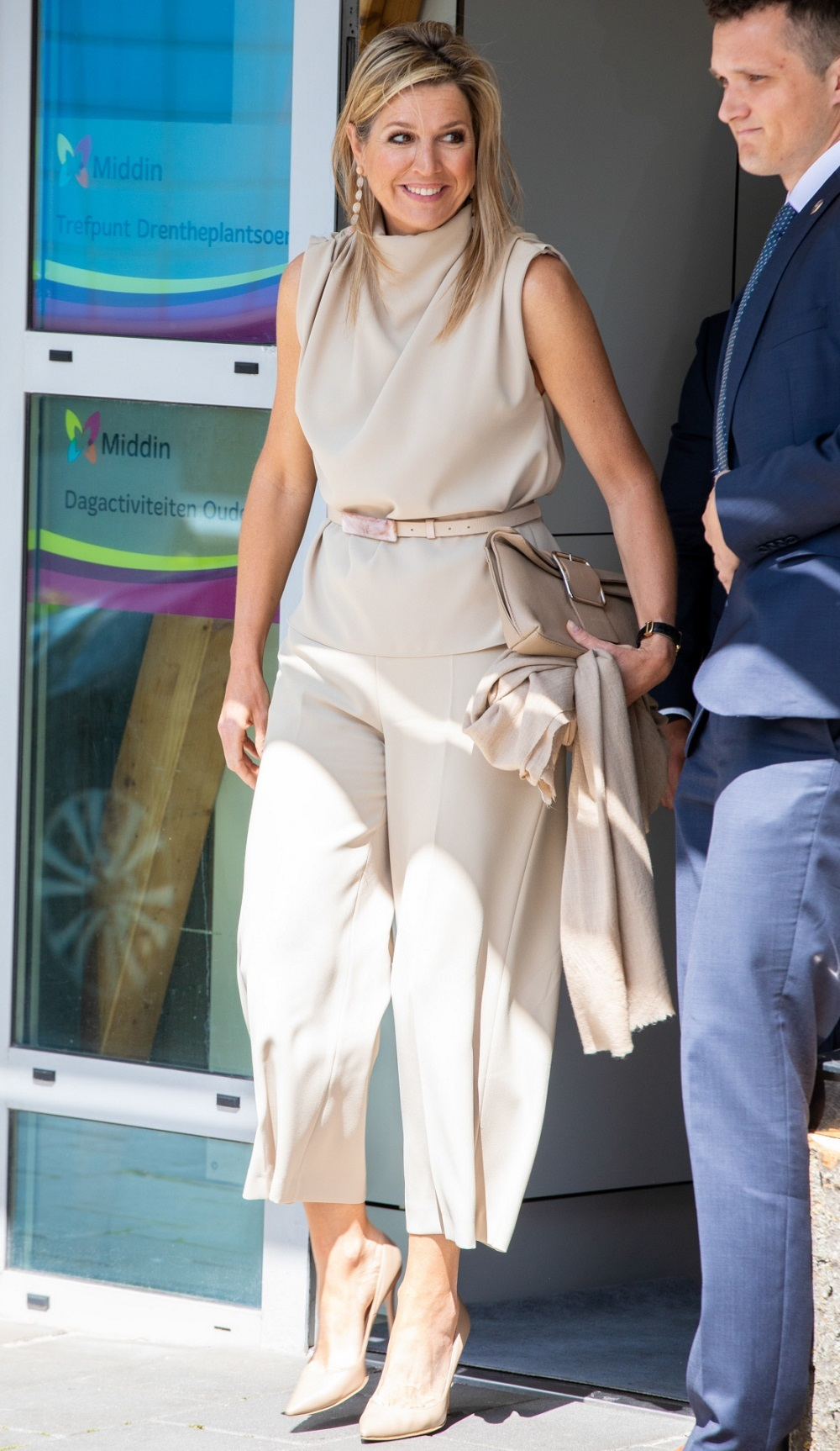 La reina Máxima con pantalón culotte y salones.