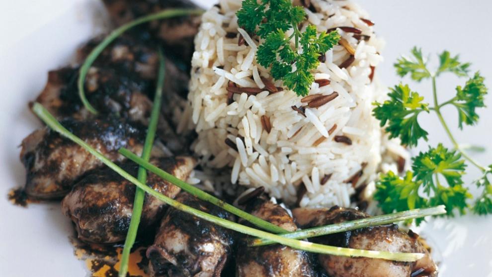 Chipirones en su tinta acompañados de arroz salvaje