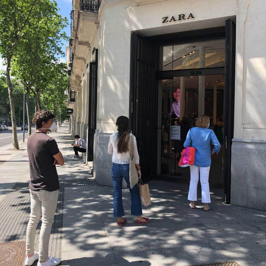 Ayer, haciendo fila para entrar en Zara