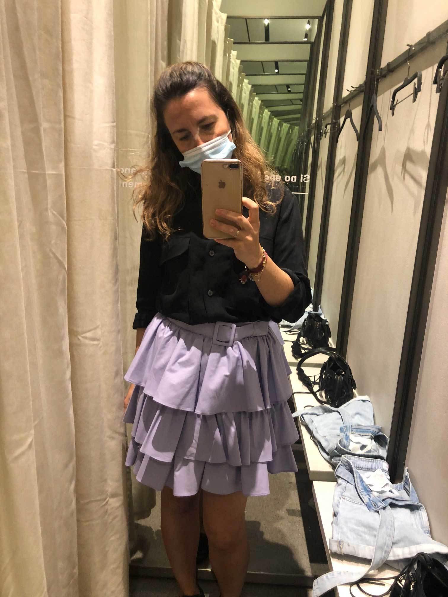 Probándome una falda en color malva.