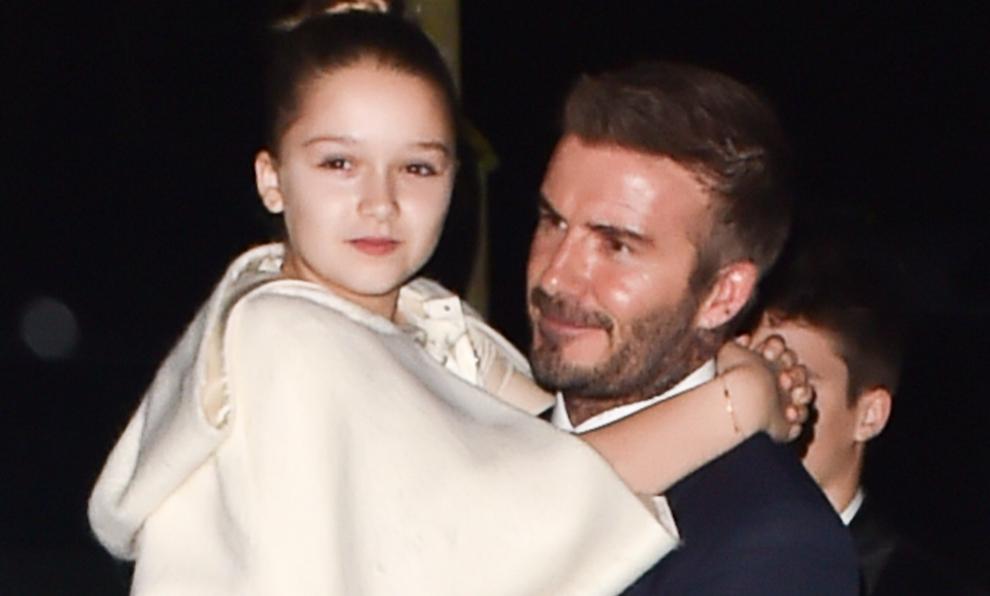 Harper, abrazada a su padre David Beckham, se ha convertido en una...