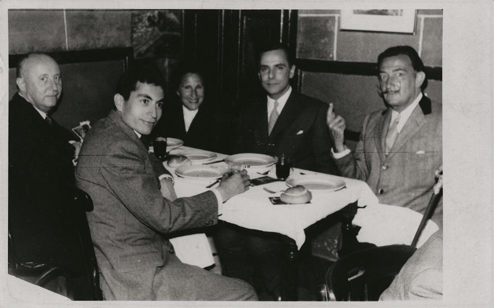 Con un grupo de amigos, en Barcelona. Entre ellos se encuentra Salvador Dalí.