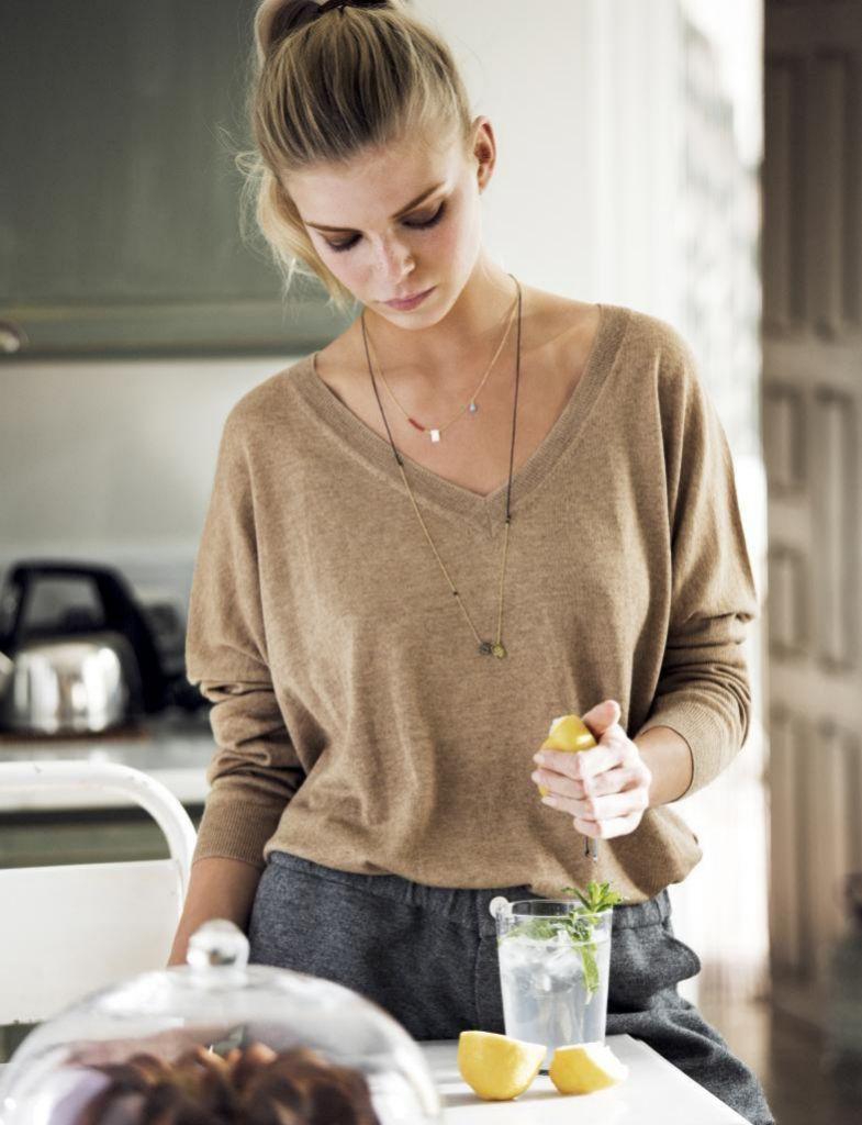 Ahora que comes en casa, intenta que tu menú diario sea más ligero y saludable.