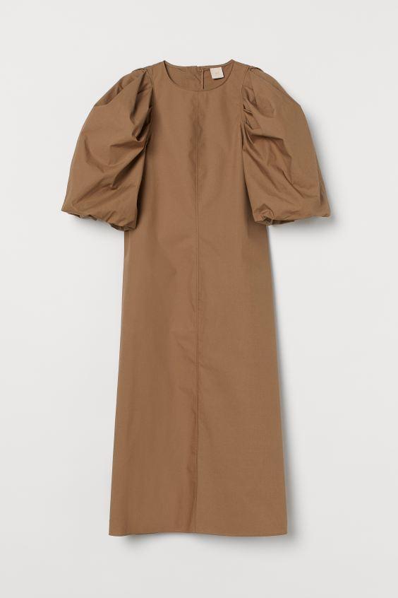 Vestido con mangas abullonadas de H&M (49,99 euros).