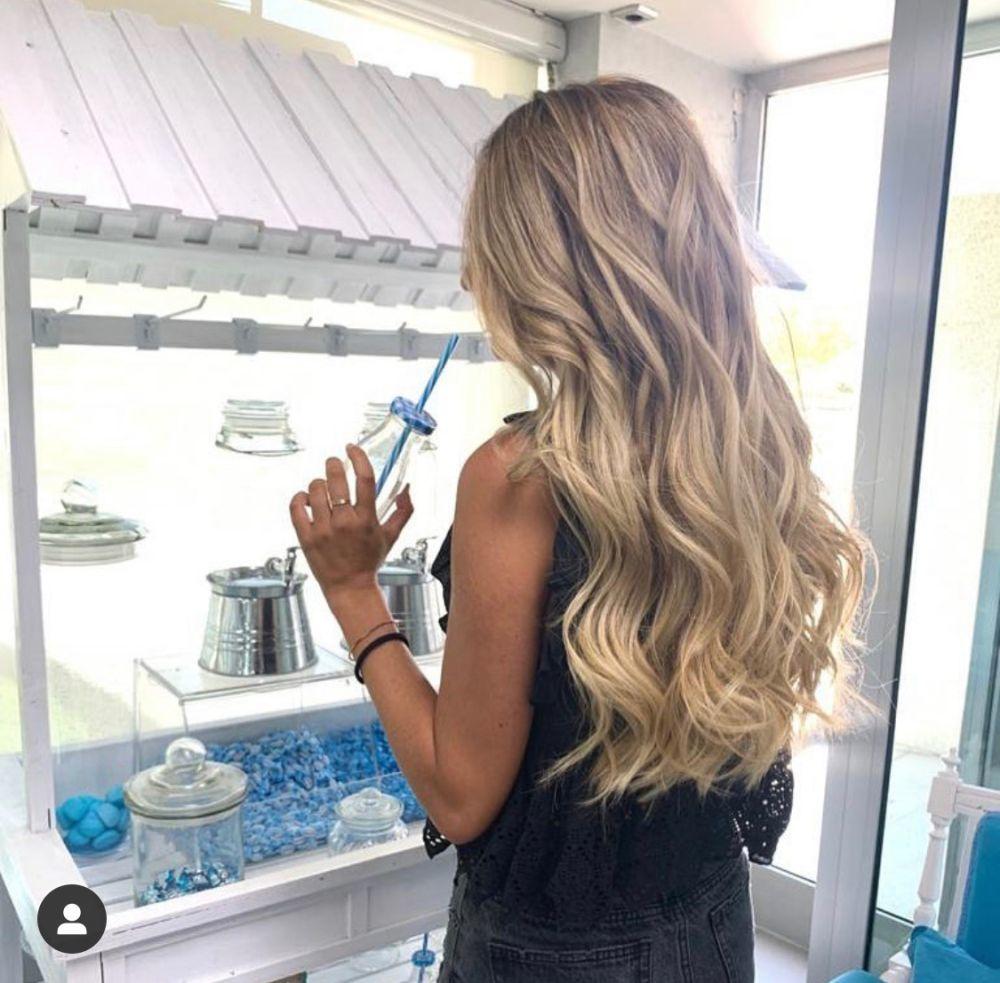 Espacios como Studio 25 en Villa de Quijorna ofrecen refrigerios y bebidas a las clientas para combatir el calor mientras te hacen un tratamiento de pelo o unas mechas.