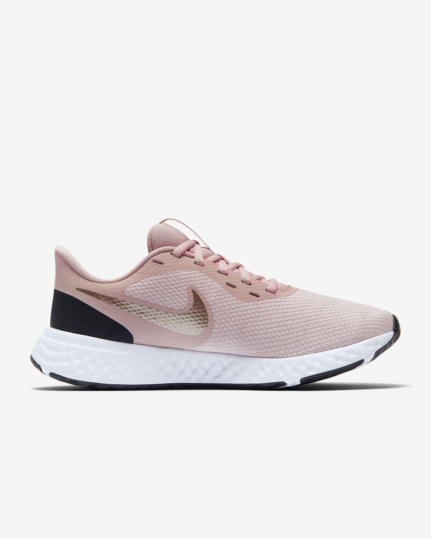 Nike rosa Revolution 5 con amortiguación de pisada con espuma suave, transpirable. Precio: 55 euros.