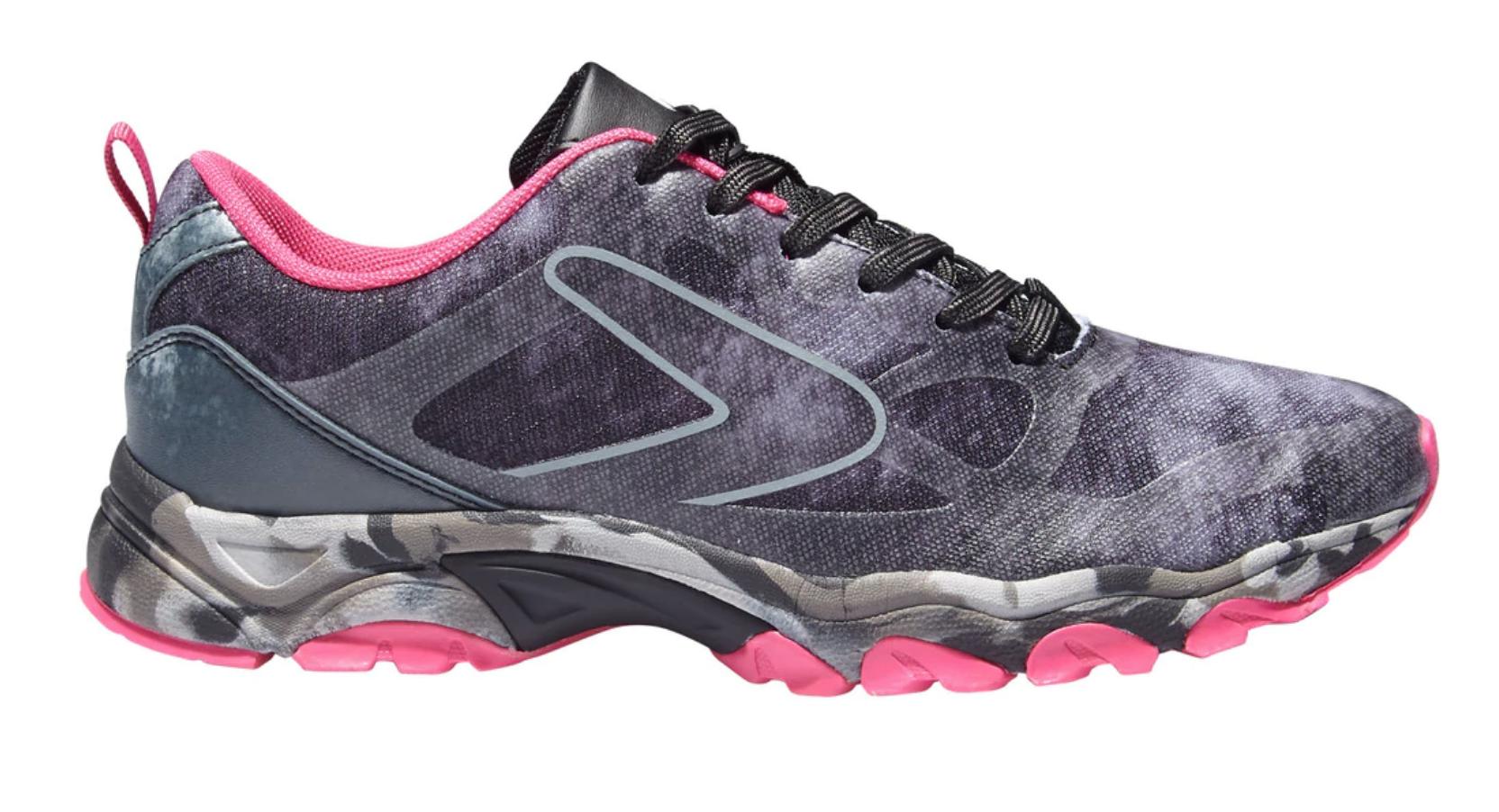 Zapatillas negras y rosas de trail running Trim IV de  Boomerang. Doble densidad en la suela para un pisada estable y sin costuras para mayor comodidad.  Precio: 29,95 euros.