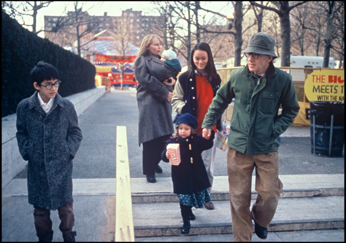 Woody Allen y Mia Farrow con sus hijos, Moses Farrow, Ronan Farrow, Dylan Farrow y Soon-Yi Previn, en 1988.