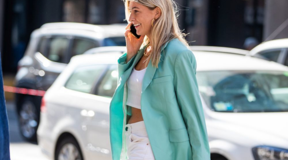 Camille Charriere con jeans blancos