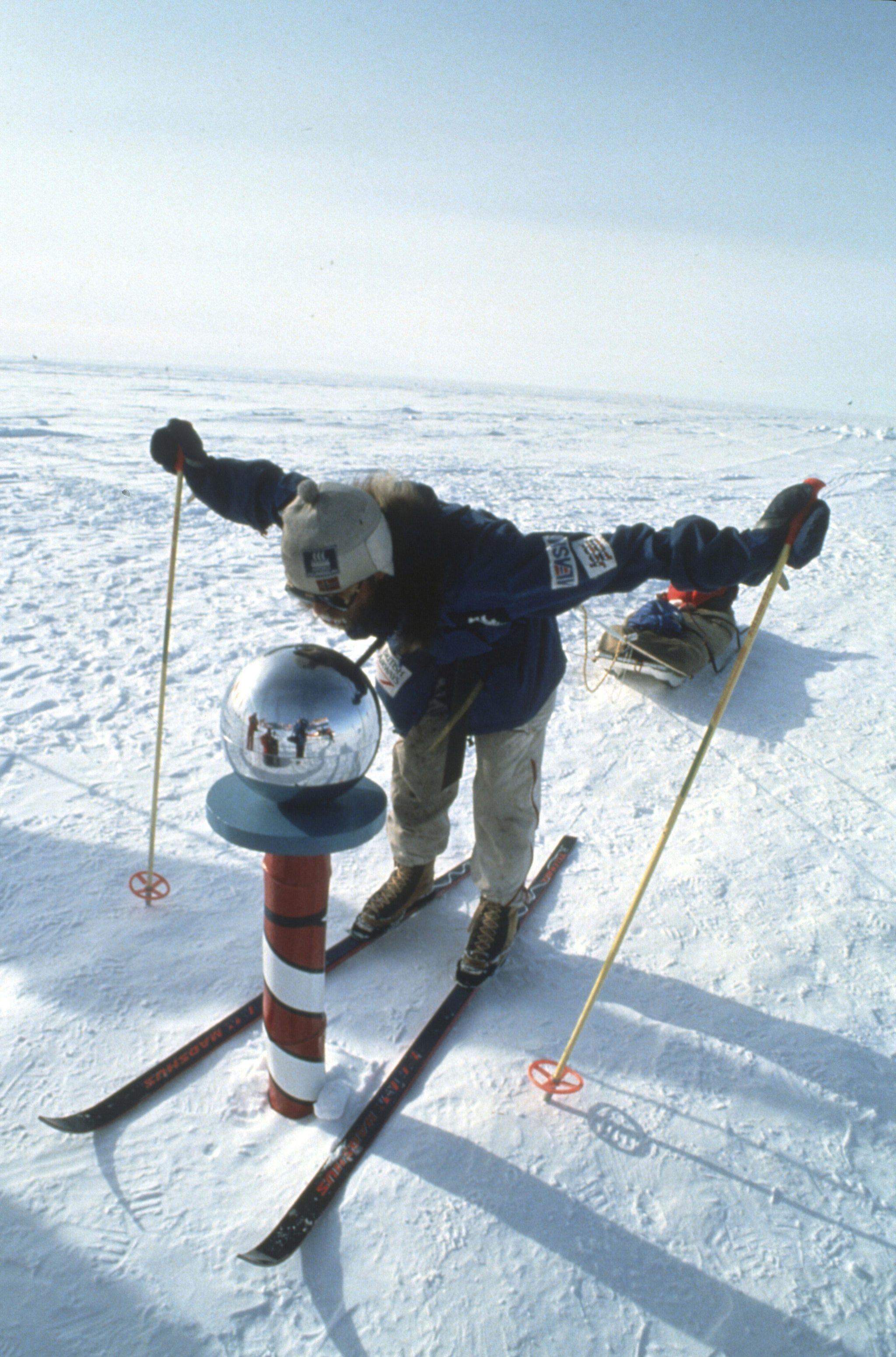 Polo Norte.  En 1990, Erling Kagge y Børge Ousland fueron los primeros hombres en llegar hasta el Polo Norte sin apoyo exterior. La expedición comenzó en la isla Ellesmere el 8 de marzo de 1990 y alcanzaron el Polo Norte al cabo de 58 días, el 4 de mayo de 1990. Viajaron 800 km en esquíes y arrastrando trineos.