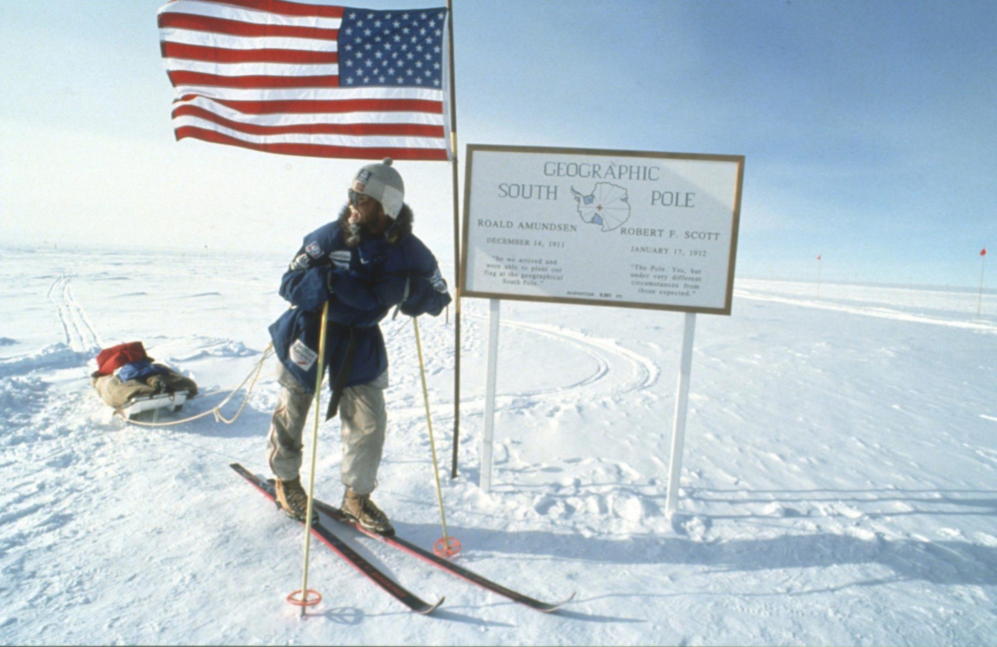 Polo Sur. Tres años después de la hazaña del Polo Norte, Kagge completó la primera expedición sin apoyo al Polo Sur, recorriendo 1.310 km en 52 días. Durante esta expedición no tuvo contacto por radio con el mundo exterior. Una hazaña que fue portada de la revista Time.