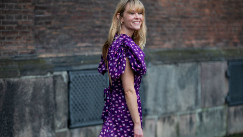 Jeanette Madsen con un vestido de mangas abullonadas.