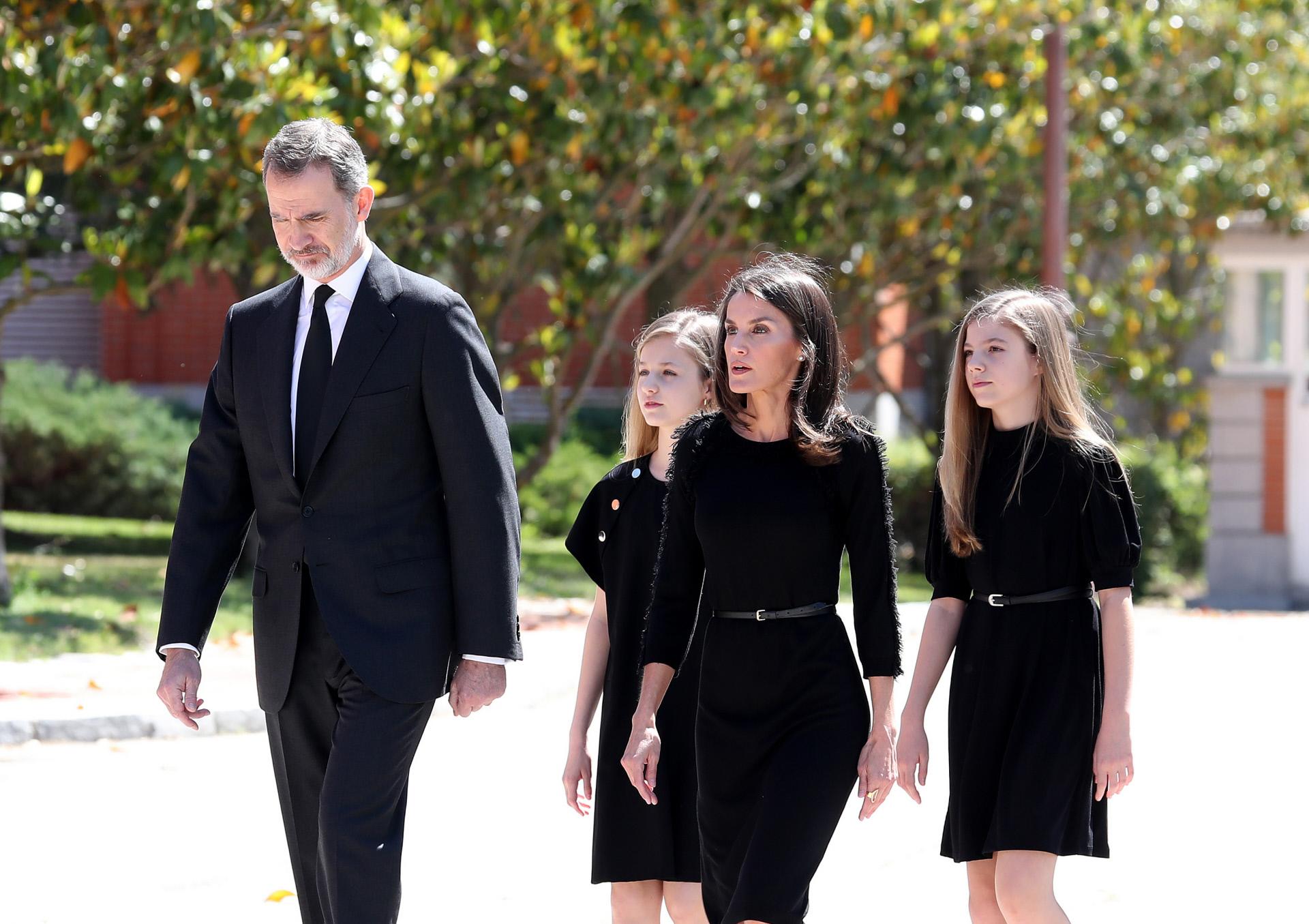 Los reyes y sus hijas tras el minuto de silencio que se guardó por...