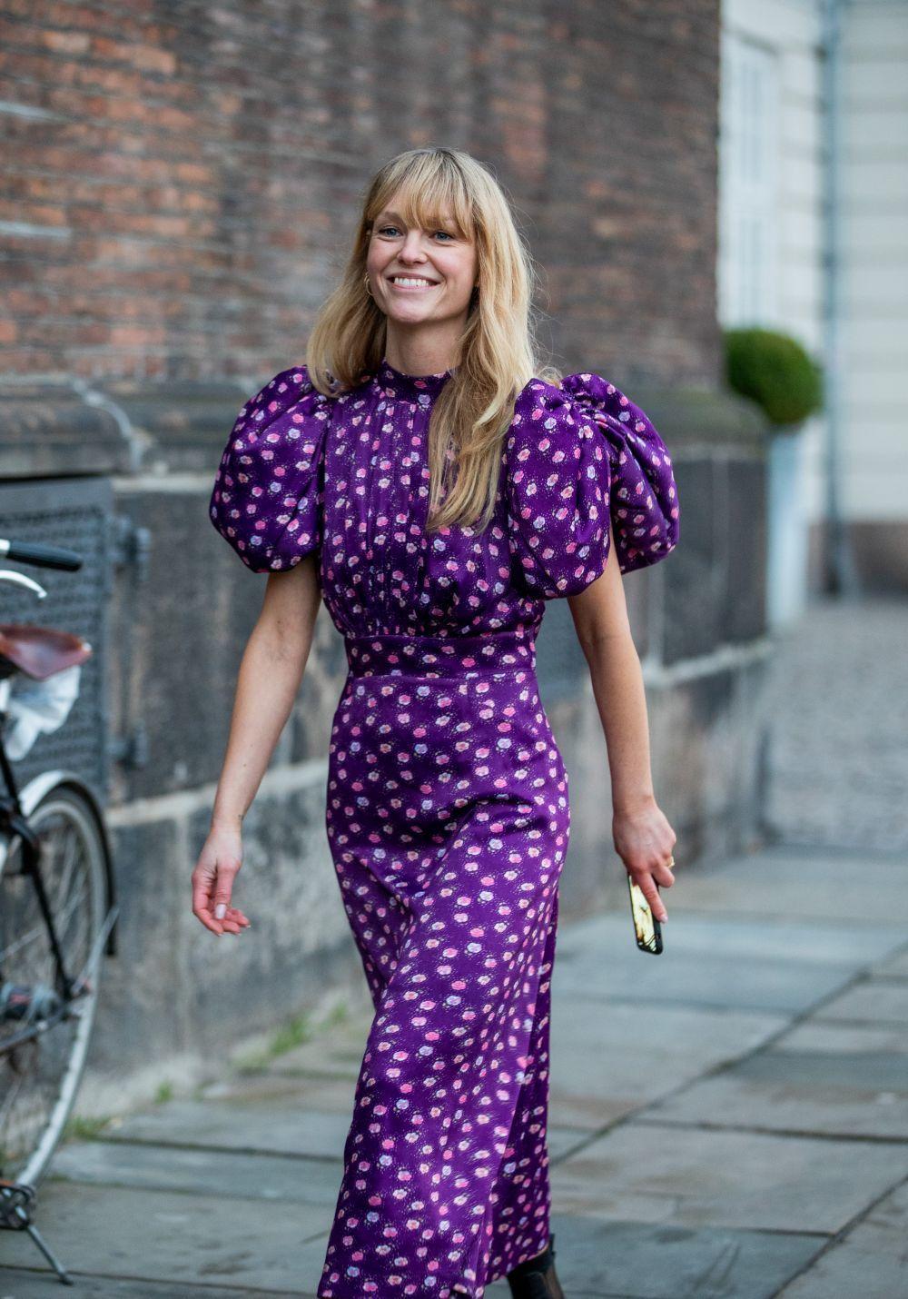 Jeanette Madsen con un vestido de mangas abullonadas