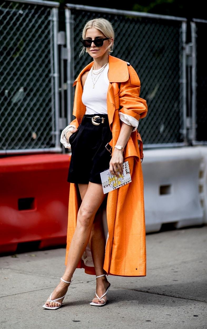 Caroline Daur con pantalones cortos sueltos con cinturón.