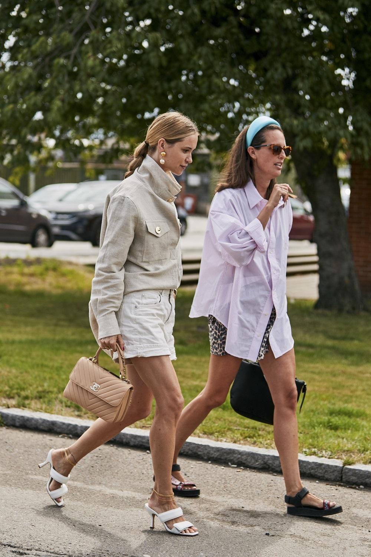 Shorts con camisas y chaquetas amplias en las calles de Copenhague durante la semana de la moda.