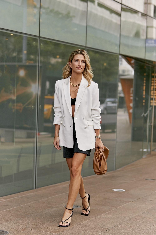 Look de short con blazer en las calles de la semana de la moda de Nueva York.