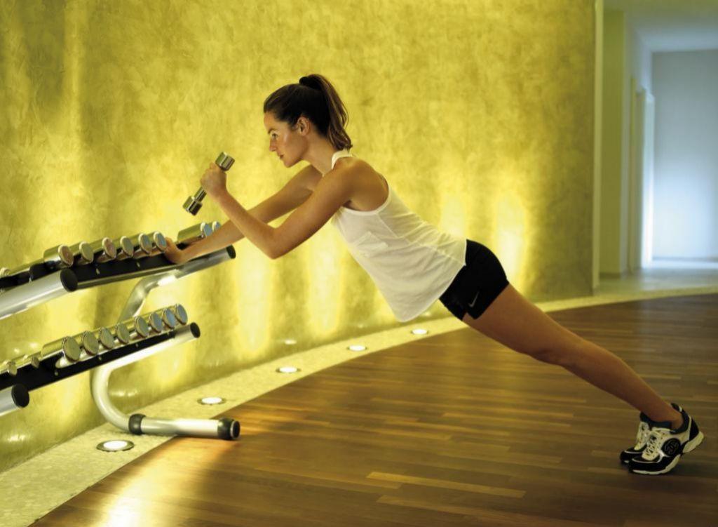 El ejercicio de fuerza y tonificación es fundamental para combatir la flacidez.
