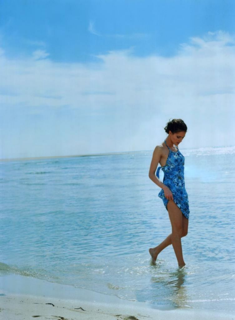 Caminar descalza por la arena de la playa y el masaje que propician las olas, beneficia la circulación sanguínea en los pies.