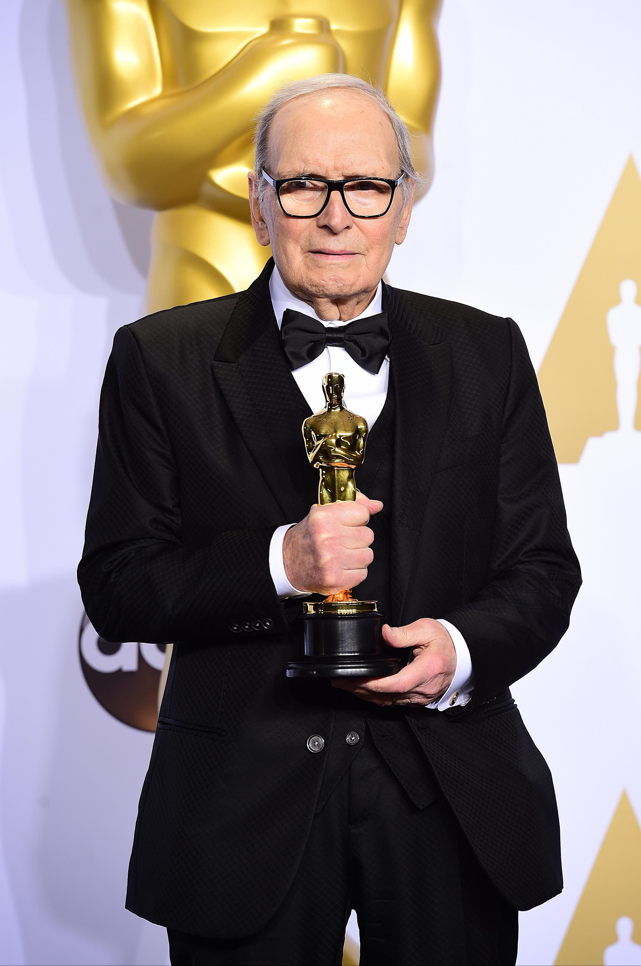Ennio Morricone en 2016 con su Oscar por Los odiosos ocho, de...