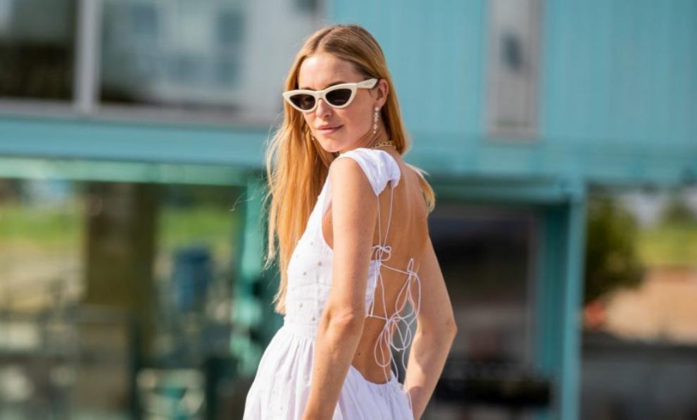 Pernille Teisbaek con un vestido blanco.