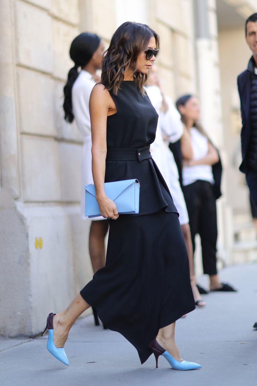 Victoria Beckham con vestido negro.