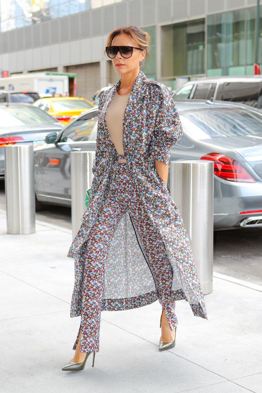 La diseñadora con pantalón y vestido.