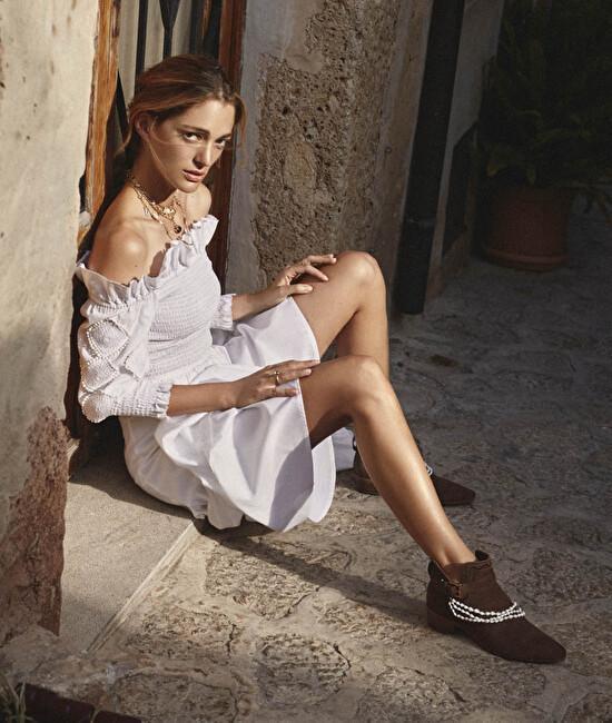 Los tonos neutros de los botines de gamuza y las botas con flecos...