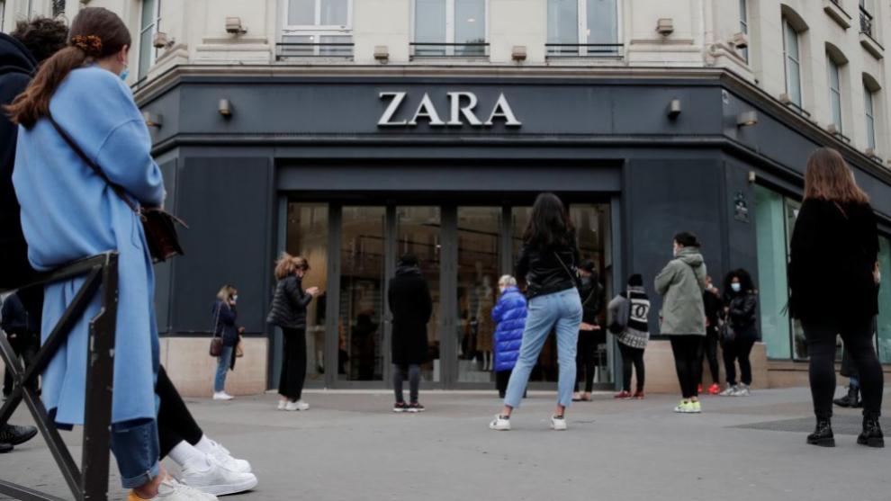Personas haciendo cola para acceder a una tienda de Zara.