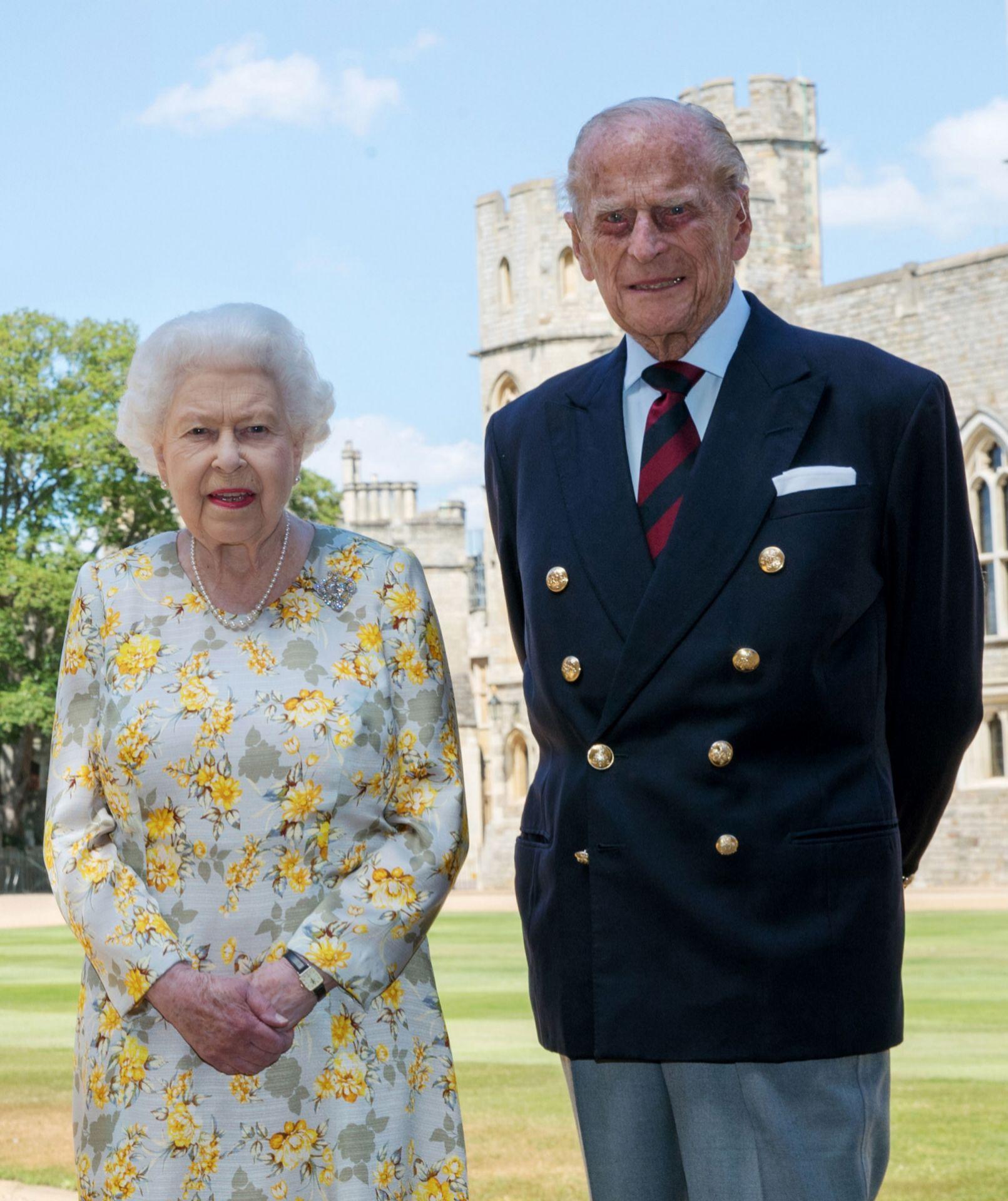 La foto oficial de Felipe de Edimburgo junto a la reina Isabel de Inglaterra por el 99 cumpleaños del duque.