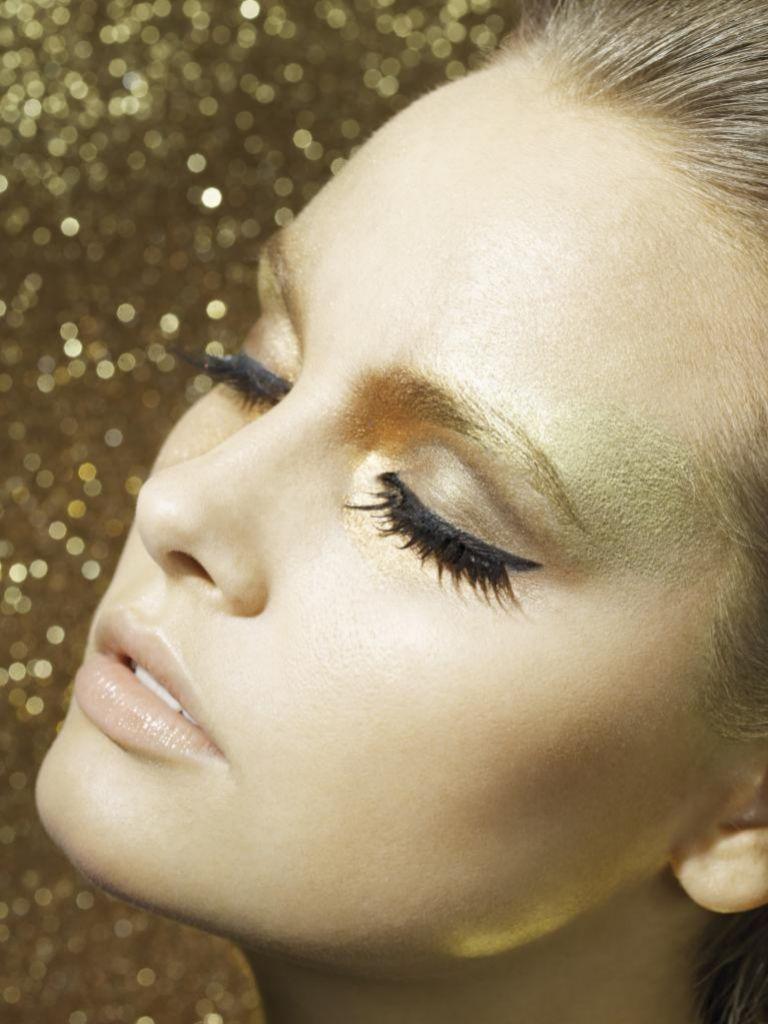 Con un eyeliner rotundo lo ideal es utilizar una sombra en tono claro o nude.