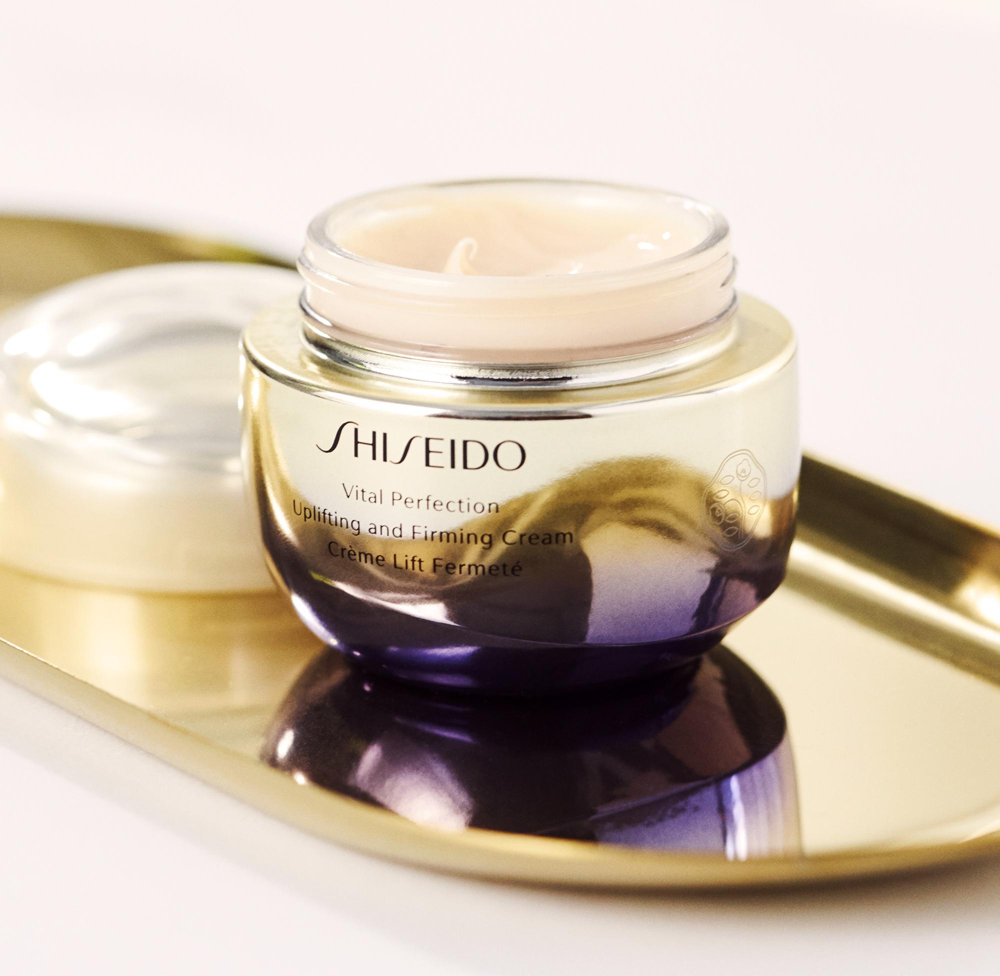 La textura de Vital Perfection Uplifting and Firming Cream es...