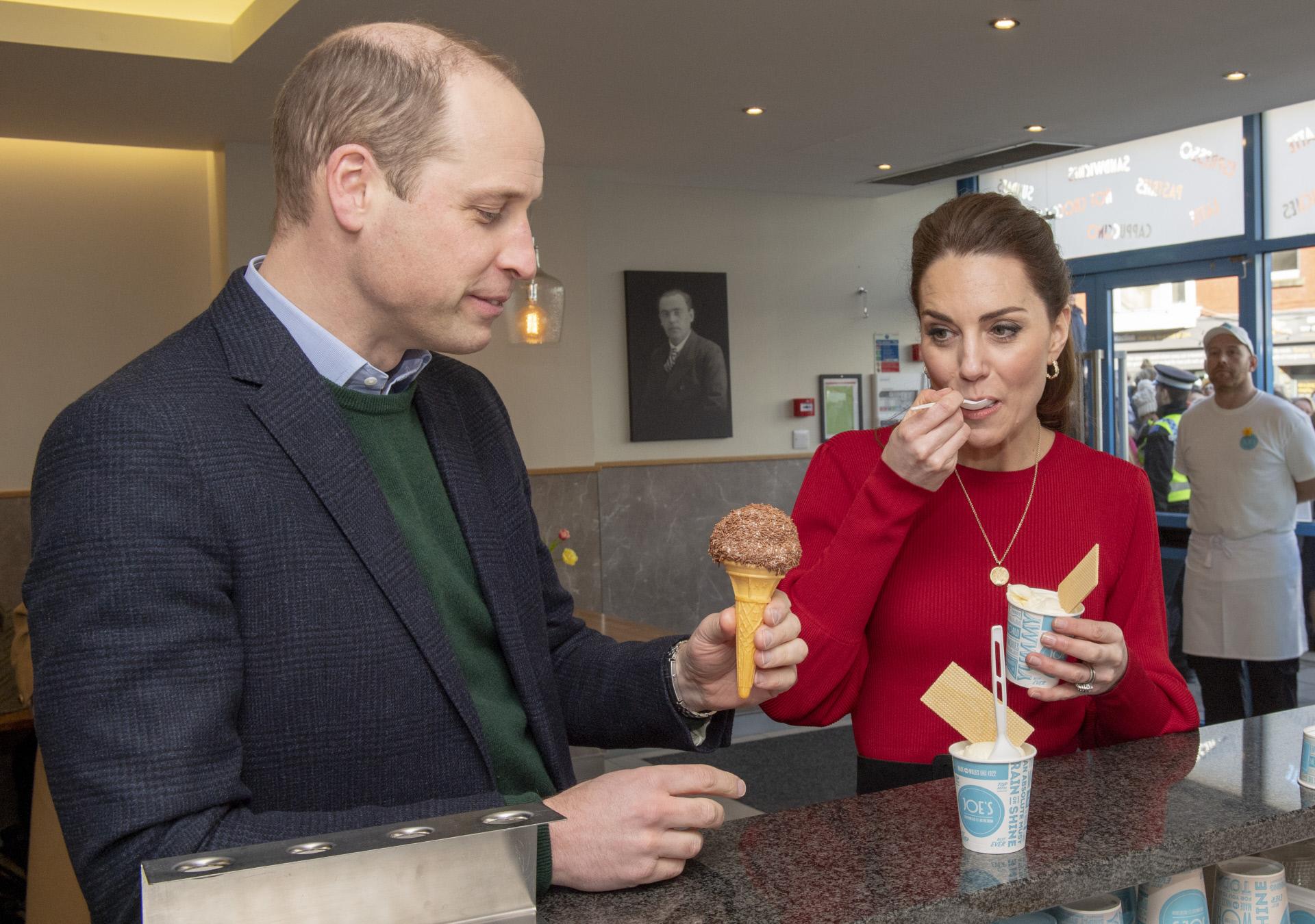 Kate Middleton y el príncipe Guillermo tomando un helado en Londres.
