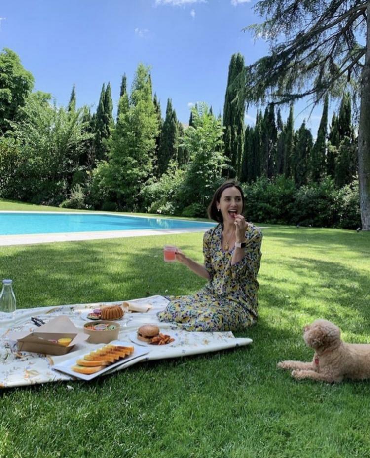 Tamara Falcó en el jardín de su casa en un pic-nic junto a su...