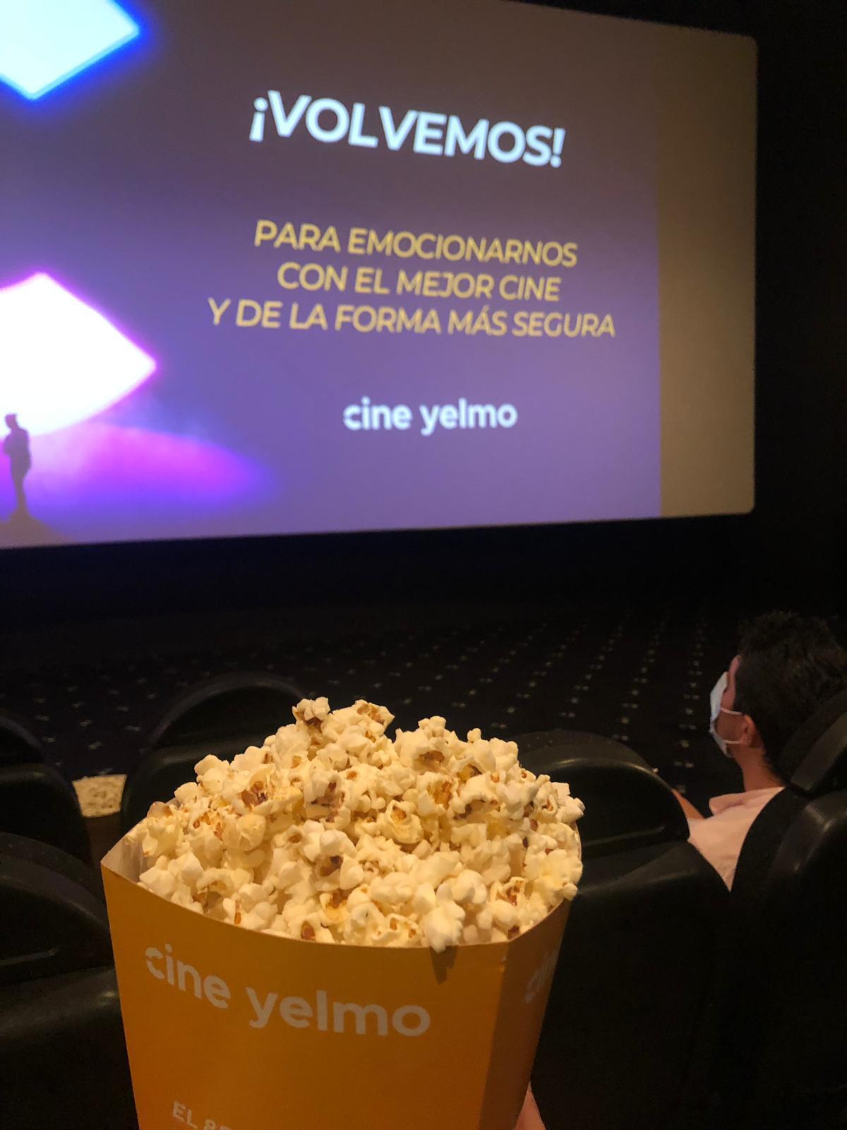 Dentro de la sala de cine puedes sentarte con tus acompañantes, pero debes guardar la distancia de seguridad con otros grupos de espectadores.