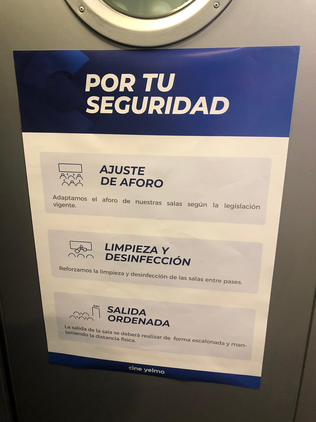 Medidas de seguridad presentes en las puertas de los cines y de cada sala.