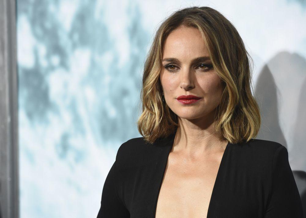 Natalie Portman lleva muchos meses apostando por el bob y el long bob aprovechando la textura ondulada de su pelo y adornando el corte con unas mechas balayage brillantes espectaculares.