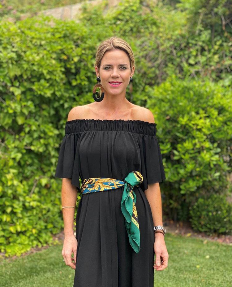 Amelia Bono en el jardín de su casa con vestido negro de Zara.