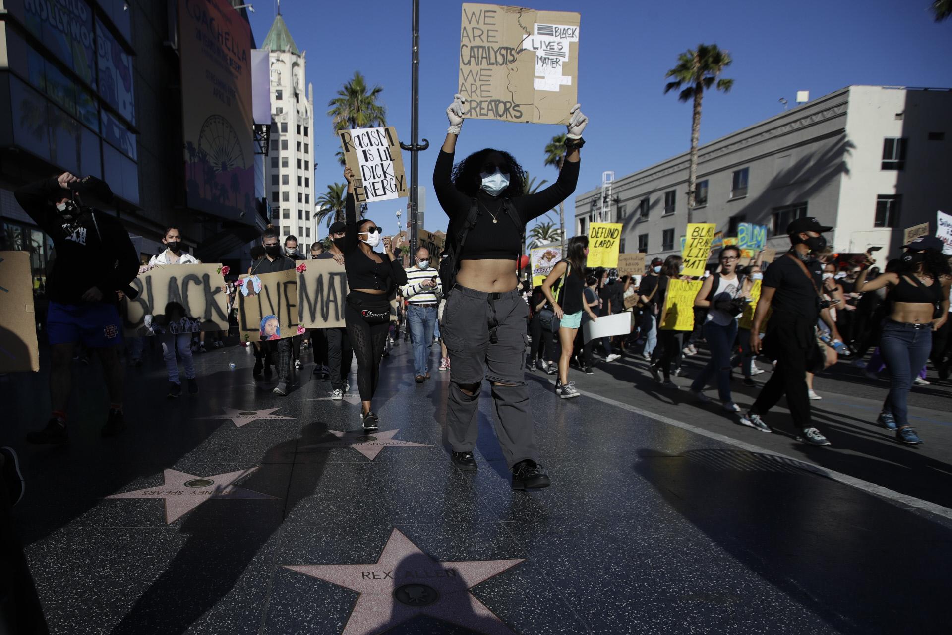 Las protestas antirracistas desatadas por el homicidio de George Floyd han llegado hasta el Paseo de la Fama de Hollywood, donde reclaman igualdad también dentro del mundo del cine.
