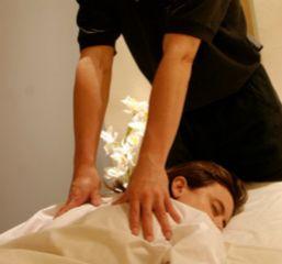 Para recibir el shiatsu te pones un pijama amplio. Se aplica mediante presiones de los dedos y manos.
