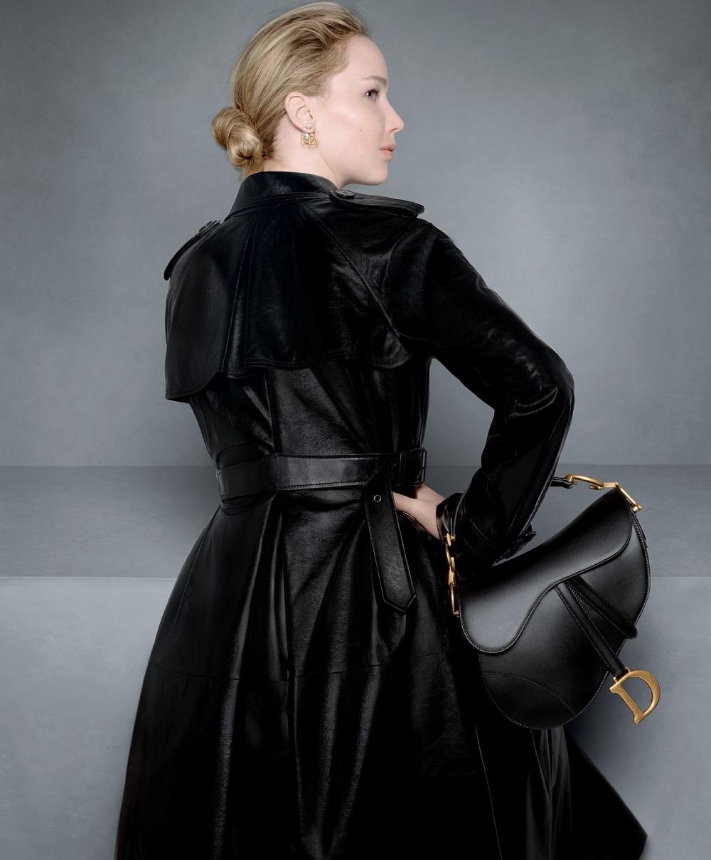 La actriz Jennifer Lawrence con el Saddle Bag en una de las fotos de la campaña otoño-invierno 2020/21 de Dior.
