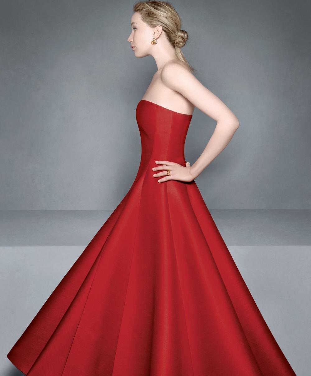 La actriz Jennifer Lawrence con un vestido rojo en una de las fotos de la campaña otoño-invierno 2020/21 de Dior.