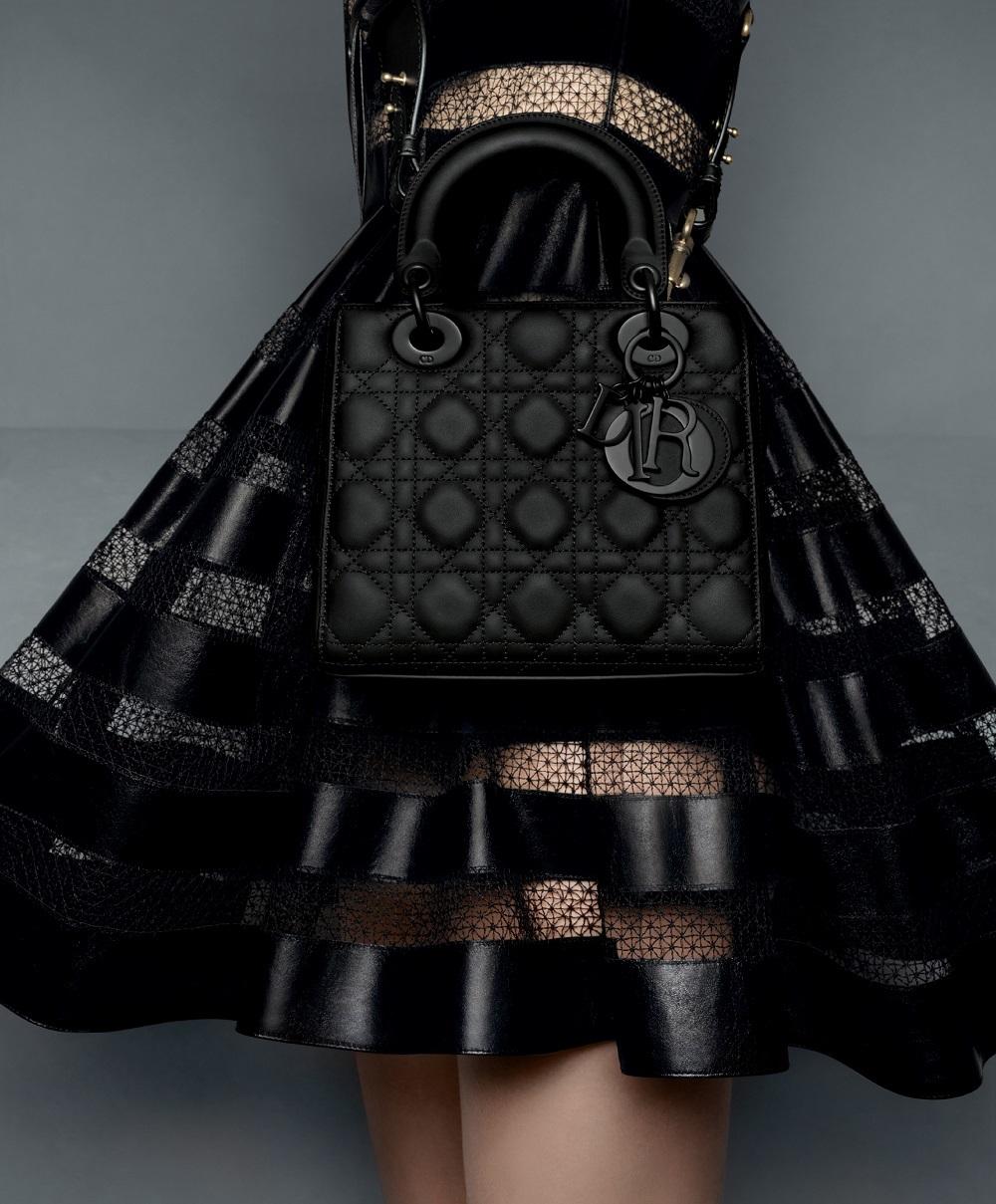 El bolso Lady Dior Ultra-Matte en una de las fotos de la campaña otoño-invierno 2020/21 de Dior.