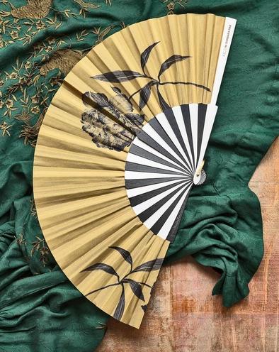 Abanico con varillas de madera de peral lacadas bicolor, algodón estampado, 27cm cerrado. Colección limitada en colaboración con Los Platos de Pan y su mítica peonía.
