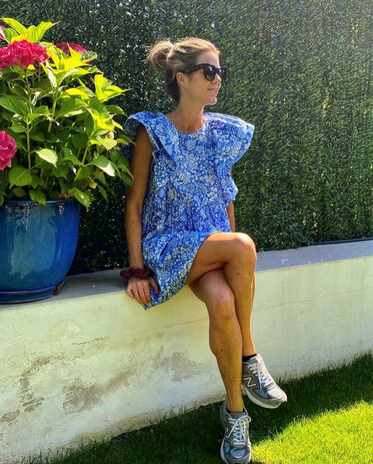 Amelia Bono en el jardín de su casa con vestido de Zara.